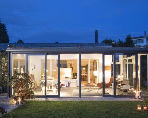 Veranda Finstral alluminio scuro sul lato esterno e bianco all'interno