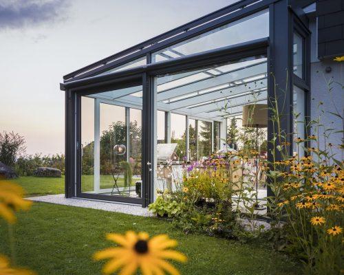 Veranda Finstral alluminio scuro sul lato esterno e bianco all'interno Berneschi Arezzo