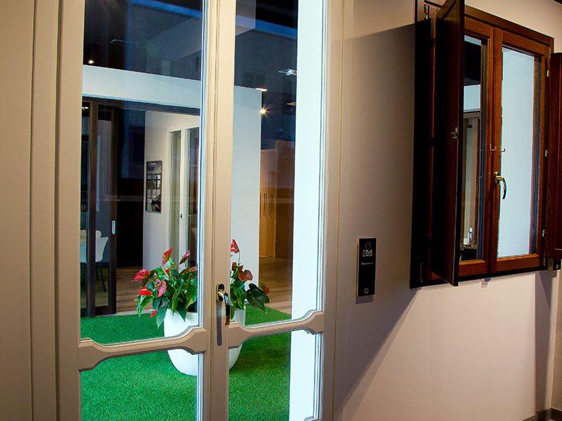 Porta finestra in legno BG Legno Factory Store ad Arezzo Sistema Berneschi