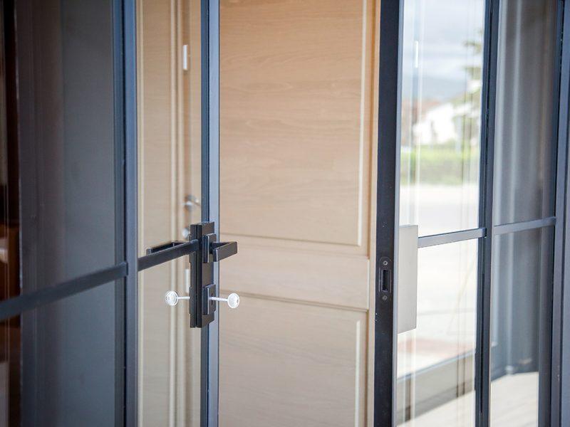 Porte in vetro e legno Garofoli Store Berneschi infissi di Arezzo