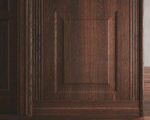 Boiserie bassa con pantografatura Classica modello 1B, con torelli, lesene e zoccolo.Rovere wengè. Porta Classica modello 6B (vista lato a spingere). Parquet Garofoli Platinum in rovere wengè.